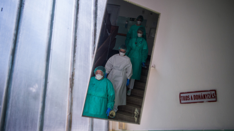 Ketten meghaltak, 1207 főre csökkent az aktív koronavírusos esetek száma