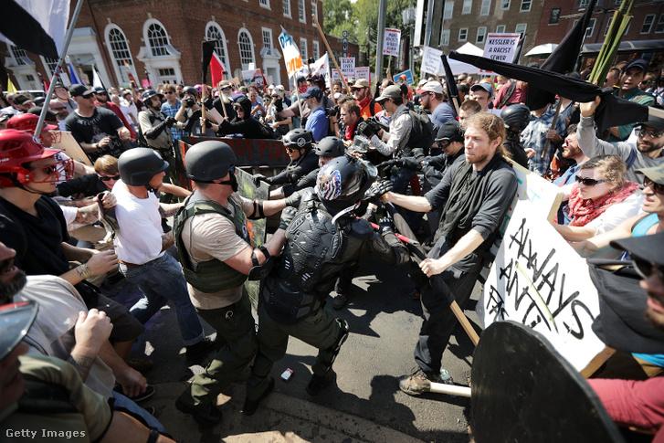 """Az alt right mozgalom tagjai csapnak össze az antifákkal 2017-ben Charlottesville-ben az """"Unite the Right"""" jobboldali felvonuláson"""