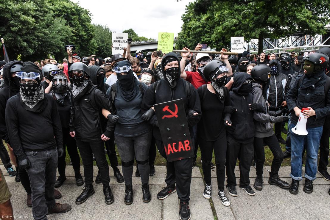 Az antifa tagja egy szélsőjobbos felvonuláson gyülekeznek 2019-ben az Oregon állambeli Portlandben