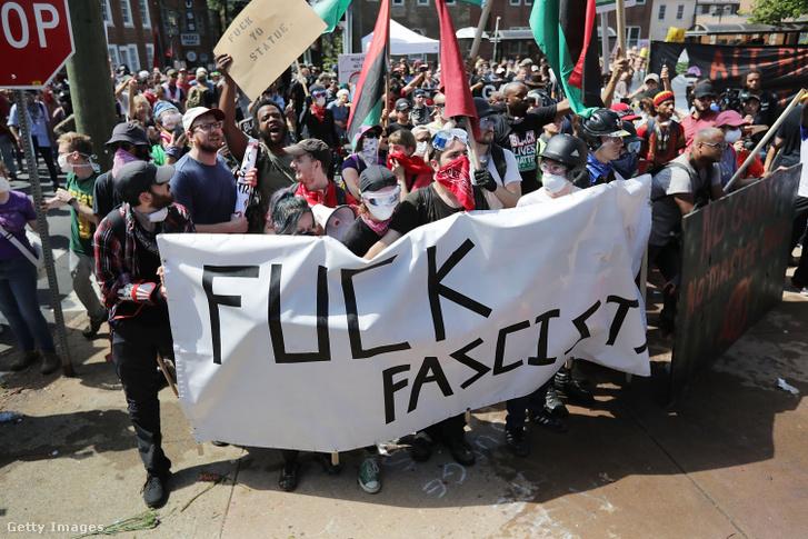 Anti-fasiszta ellentüntetők 2017-ben a Virginia állambeli Charlottesville-ben, ahol az Egyesült Államok utóbbi néhány évének legnagyobb szélsőjobboldali erődemonstrációja zajlott