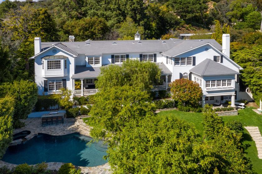 Ashton Kutcher és Mila Kunis háromszintes otthonára külsőleg a tradicionális stílus jellemző.