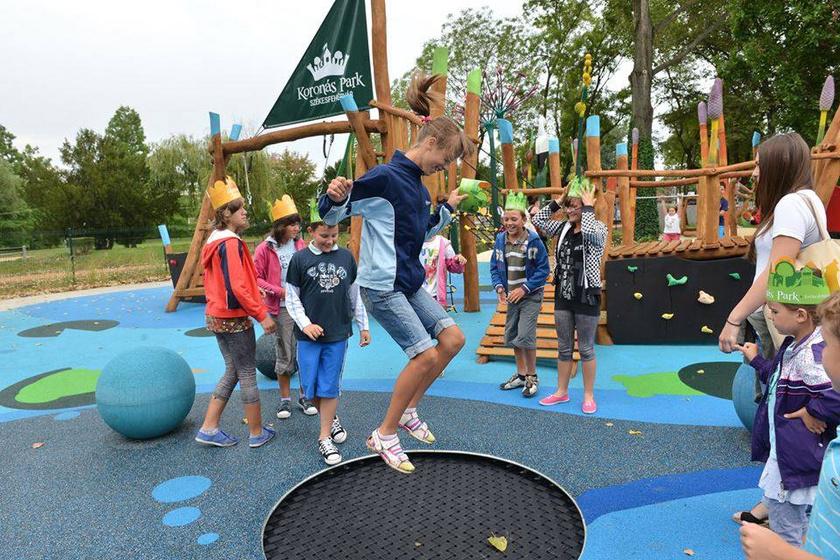Székesfehérváron, a Csónakázó-tó szomszédságában található a Koronás Park, ami minden gyerek kedvence - nem véletlenül. A történelmi témájú, számos remek játékkal felszerelt játszótér ingyenesen látogatható, de az itt szervezett programokért és táborokért belépőt kérnek.