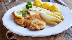 A mustáros-sörös karaj egy adag egyszerű snidlinges burgonyasaláta mellett is tökéletes