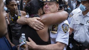 Tüntetőkkel ölelkezve, letérdelve fejezik ki szolidaritásukat a rendőrök