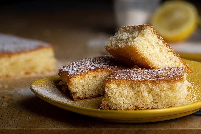 Egyszerű, filléres, kevert citromos sütemény: a citrom héja és leve dobja fel a tésztát