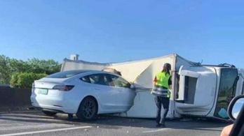Fekvő teherautóba rohant egy Tesla önvezető módban