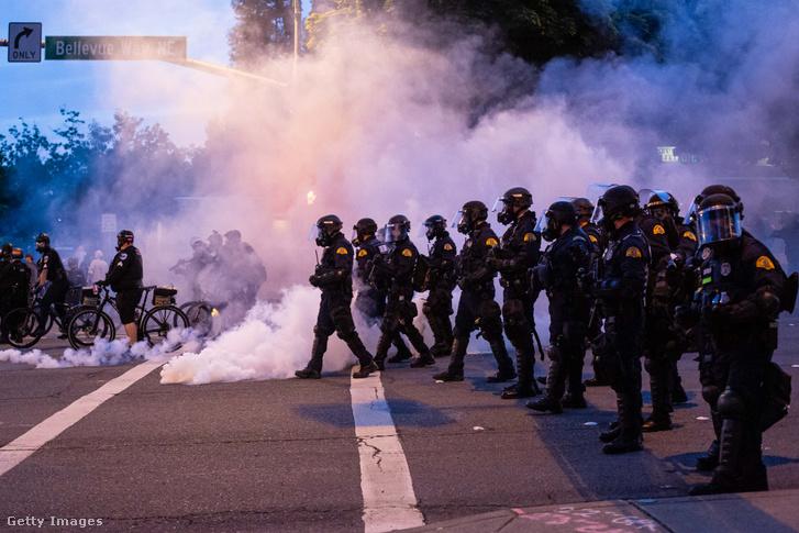 Wshingtonban könnygáz vetettek be a rendörök a tüntetőkkel szemben