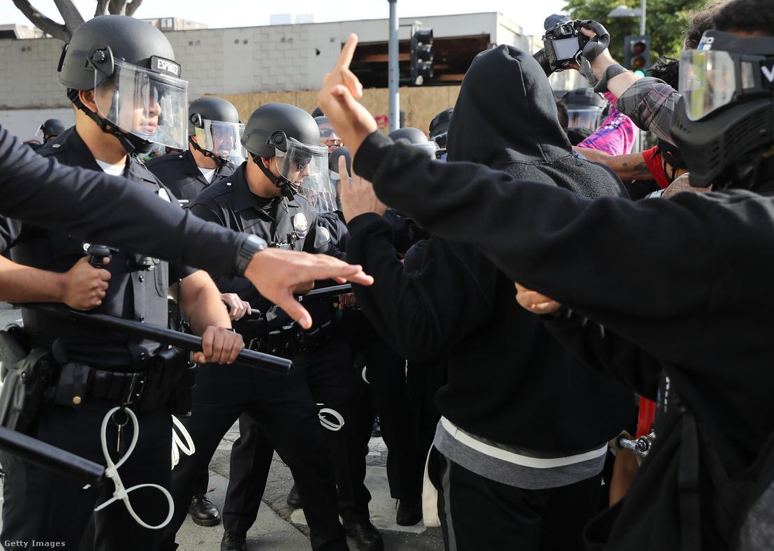 California államban George Floyd halála miatt tüntetők útját állják rendőrök 2020. május 31-én