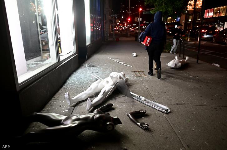 Kifosztott üzlet Manhattan-ben 2020. június 1-jén