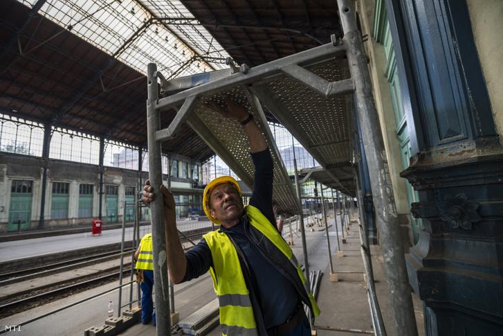 Munkások a Nyugati pályaudvar csarnokának felújításán 2020. május 9-én. Az állomás tetőszerkezetének felújítása május 8-án kezdődött, a hét hónapig tartó munkálatok alatt az utascsarnok zárva tart.