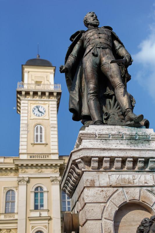 A fotón Klapka György szobra látható. Melyik város főterén készült a kép?