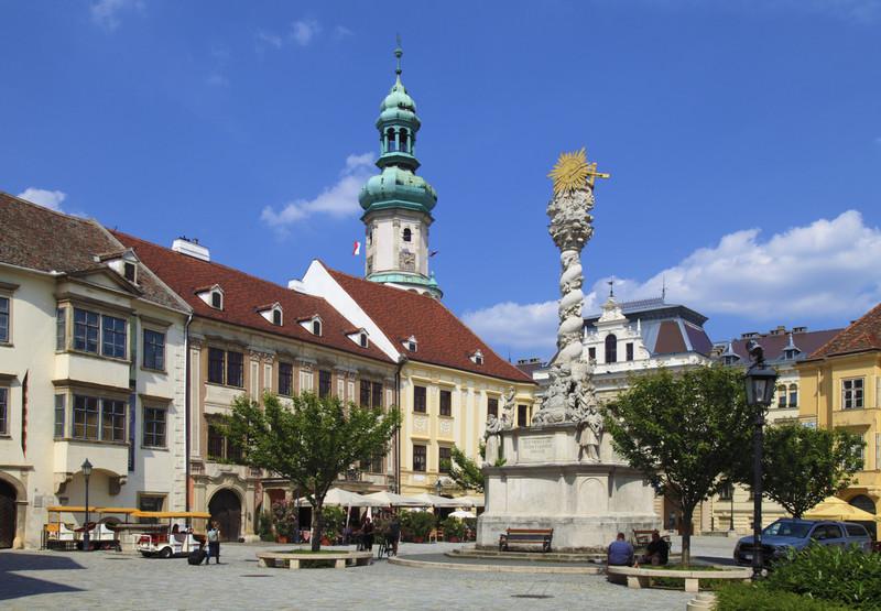 Ezen a főtéren sorakoznak a műemlékek: Kecske-templom, Storno-ház, Patika-ház, Szentháromságszobor és még sok más. Hol vagyunk?