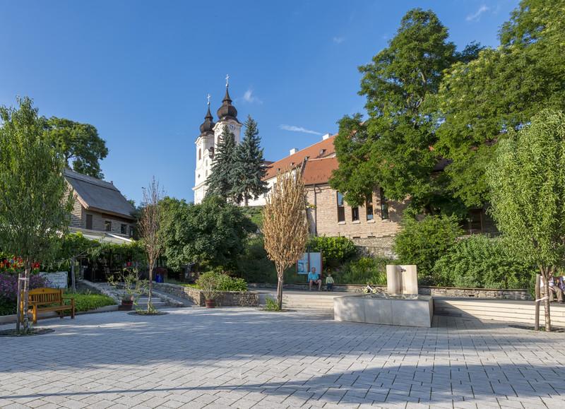 Melyik Balaton-parti település főtere van a fotón?