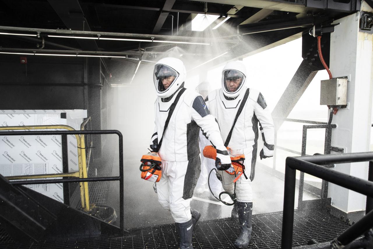 2019. szeptember 18. A Kennedy Űrközpont 39A startállásán fölépített rakéta-kiszolgáló torony vészhelyzeti mentőrendszereinek működését teszteli két űrhajós, Shannon Walker (elöl) és Bob Behnken, akik épp egy mennyezeti tűzoltószelep vízernyője alatt futnak át. Bob Behnken a Demo-2 tesztküldetés pilótája, míg Shannon Walker az első menetrend szerinti Crew Dragonnal utazik majd várhatóan augusztus végén a Nemzetközi Űrállomásra (ez lesz az USCV-1 küldetés, avagy U.S. Crew Vehicle-1, avagy SpaceX Crew-1 vagy simán Crew-1).