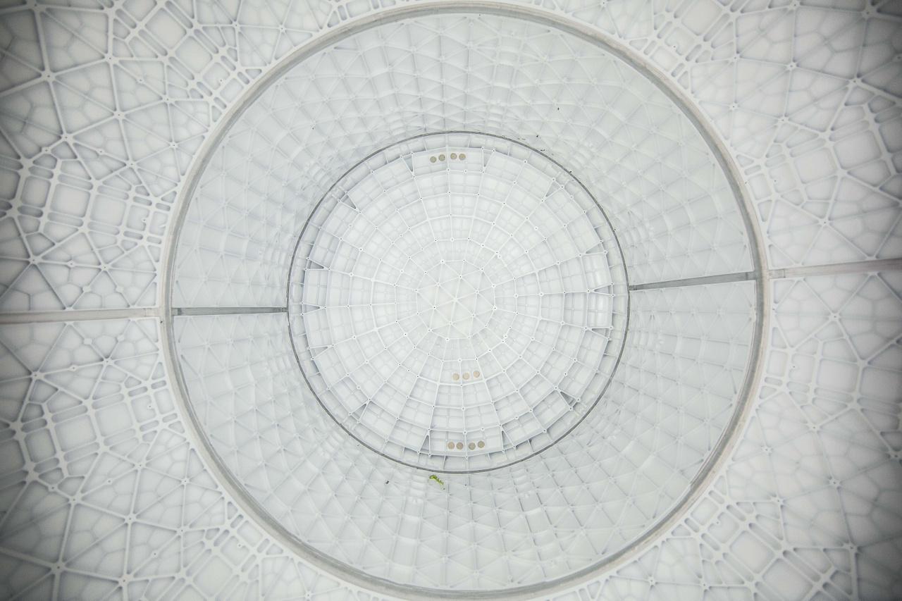 2016-ban így nézett ki a SpaceX hawthorne-i (Kalifornia) gyárában az egyik épülő Crew Dragon űrhajó belseje, az orrkúp felé tekintve. A fotó remekül szemlélteti, hogy milyen gyönyörűen bonyolult geometriájú az űrhajó falának merevítő struktúrája.