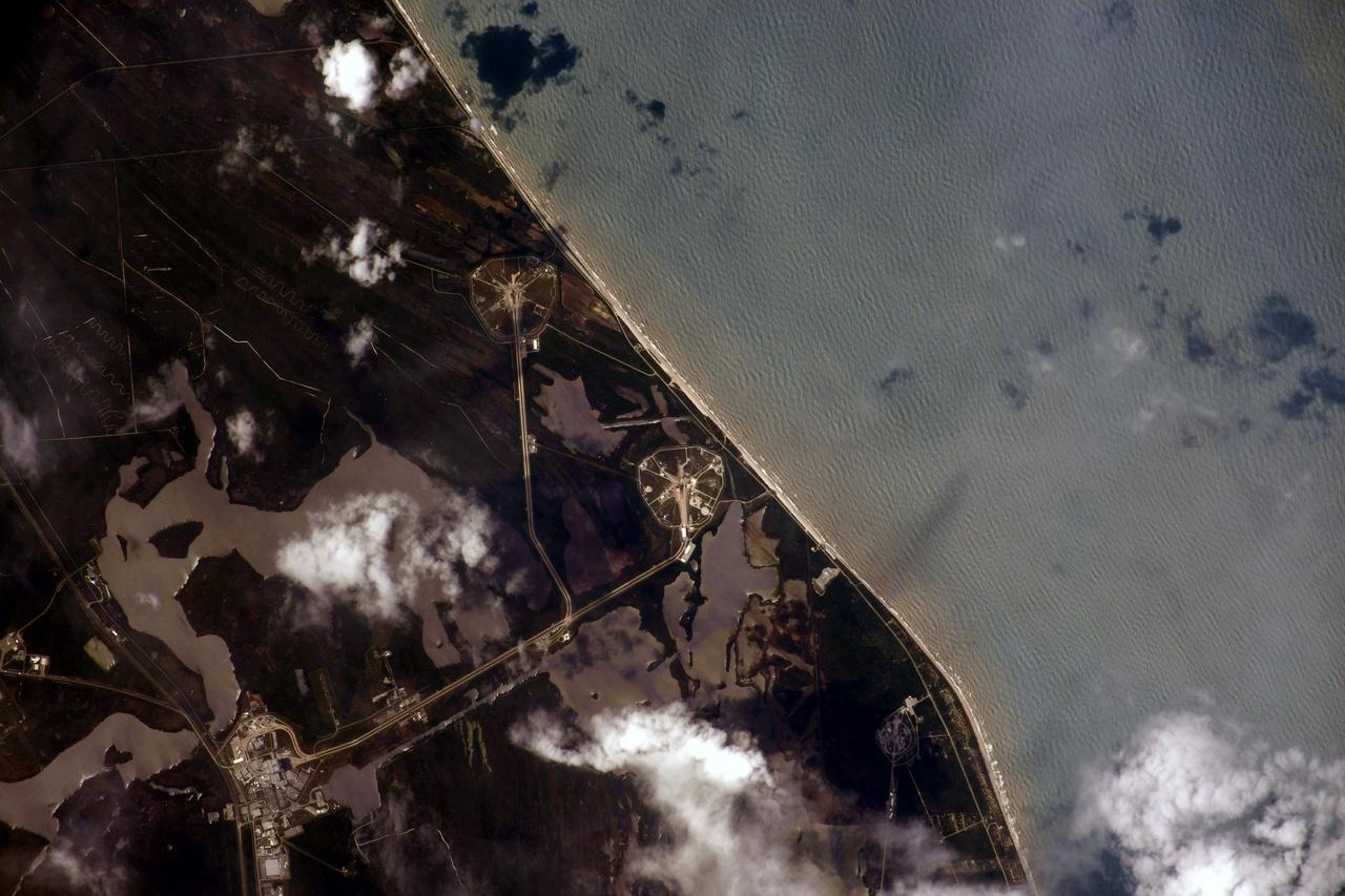 Elképesztő, hogy ez a fotó is elkészült: az ISS-en dolgozó egyik orosz űrhajós, Ivan Vagnernek sikerült lefénykéepznie a Kennedy Űrközpont 39A startállását, pont amikor az űrállomás pár órával a start előtt elhaladt fölötte. Nem sokkal később a Dragon űrhajó már úton volt az ISS felé.