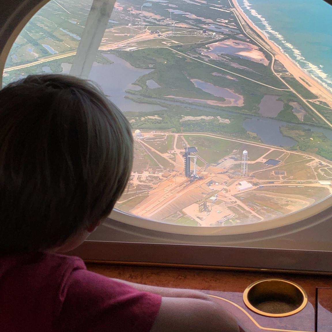 Karen L. Nyberg NASA űrhajós felvétele kisfiáról, ahogy a 39A startállást nézi, ahonnan édesapja, Bob Behnken fog hamarosan az űrbe indulni. Behnken felesége és fiuk május 24-én érkeztek meg a Kennedy Űrközpontba, hogy ott lehessenek a történelmi startnál.