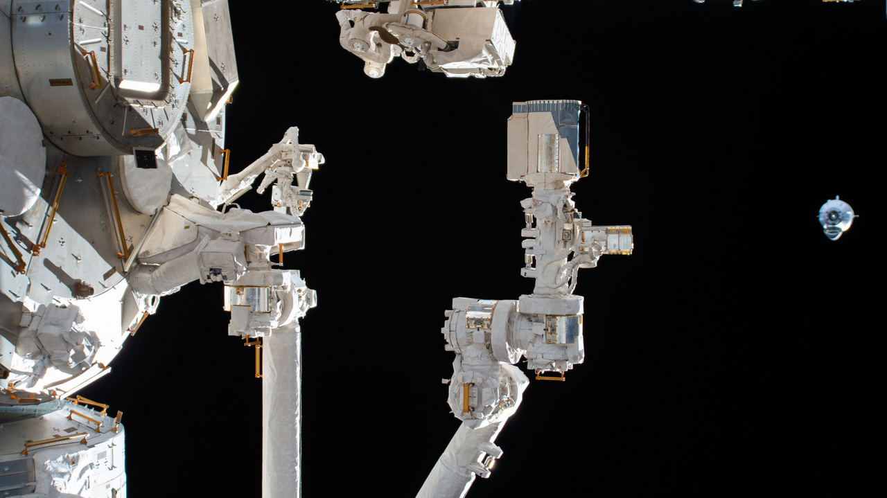 A Crew Dragon – amit menet közben a benne ülő két űrhajós Endeavour-re keresztelt – 19 órányi repülés végén vasárnap megközelítette a Nemzetközi Űrállomást. A fotón, amit az űrállomáson dolgozó Chris Cassidy NASA-űrhajós készített, a japán űrügynökség (JAXA) Kibo modulja, illetve annak robotkarja látható, jobb szélen meg a lassan közelítő Dragon.