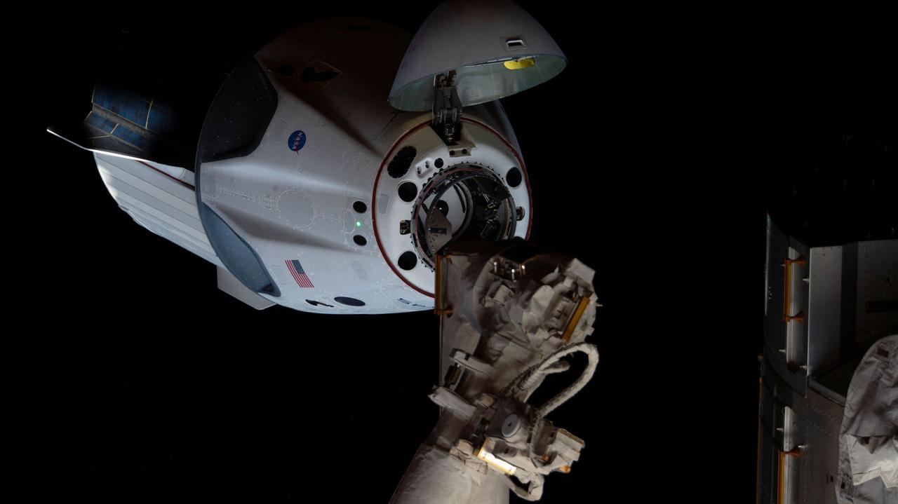 A dokkolás előtti pillanat. Az űrhajó orrkúpja nyitva, jól meg lehet figyelni a puha dokkolást lehetővé tevő gyűrűs mechanikát, ami egyben az űrállomás Harmony moduljához rögzíti a Dragont.