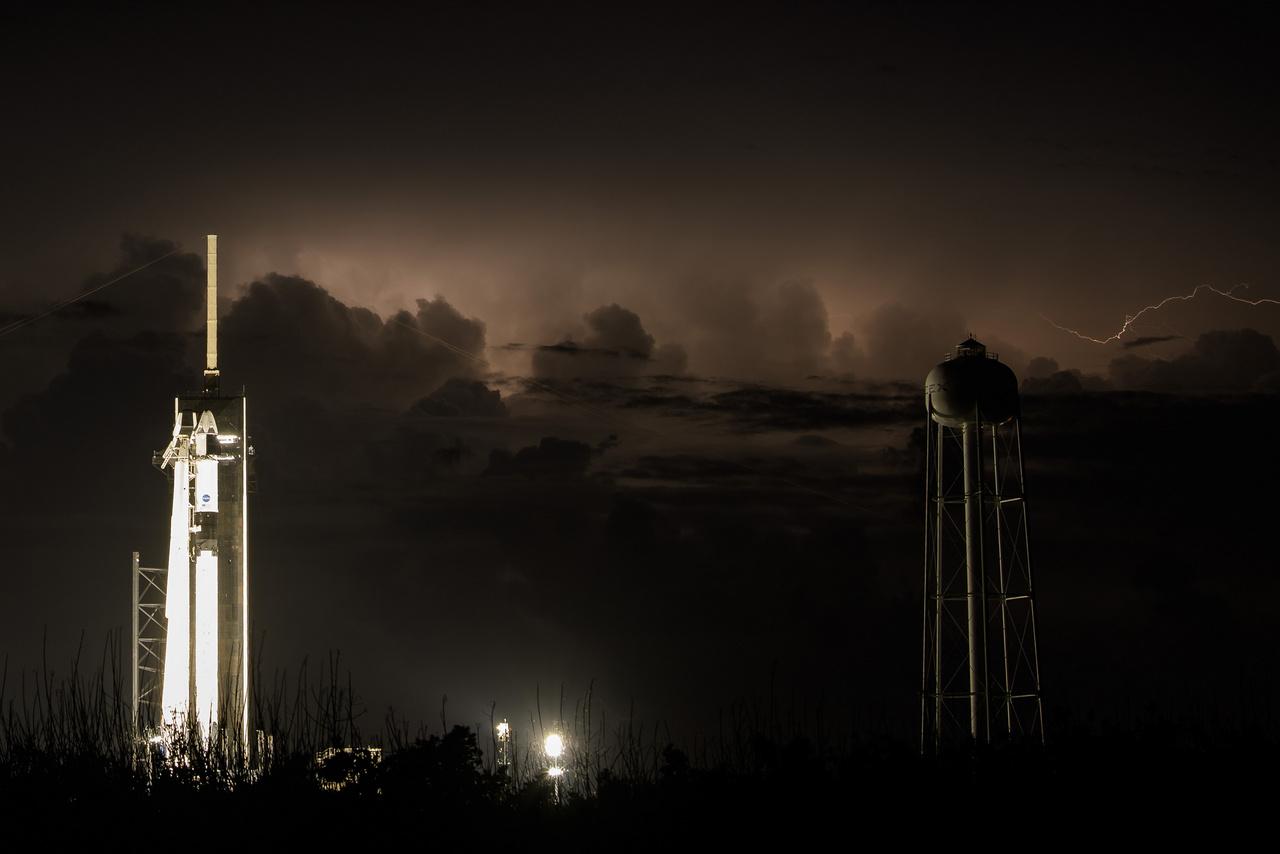 Május 29-ről 30-ra virradó éjjel viharfelhők kezdtek gyülekezni a Kennedy Űrközpont térségében, és szinte egész szombaton úgy nézett ki az időjárás, hogy ismét halasztani kell a startot.