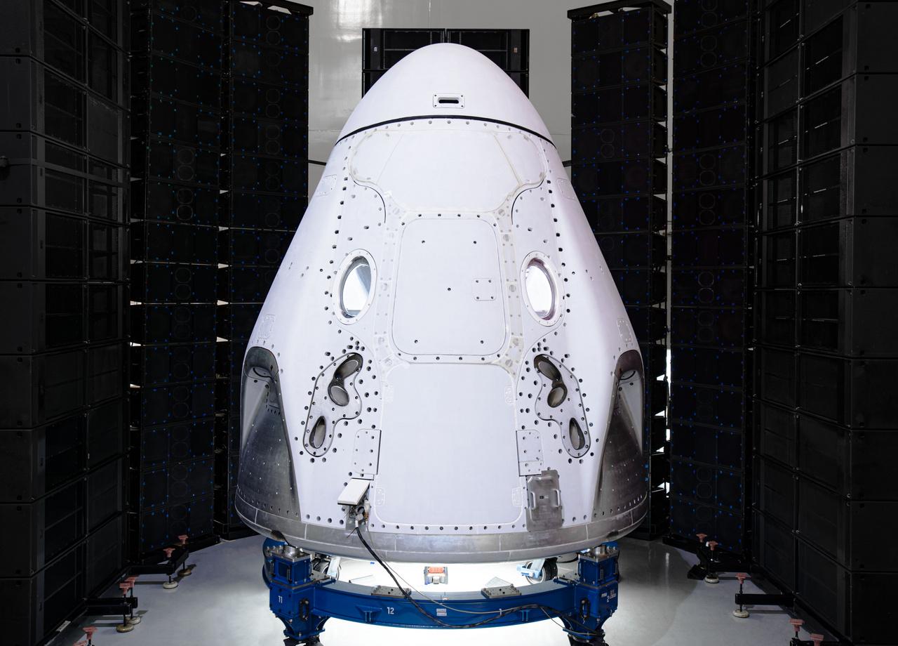 2020. február 15. Az első emberes űrrepülésre készül a Crew Dragon űrhajó. A szerkezetet többek között kíméletlen akusztikai tesztek sorozatának is alávetették, amivel a rakétastart során föllépő, emberi fülnek elviselhetetlen hanghatásoknak való ellenálló-képességét vizsgálták.