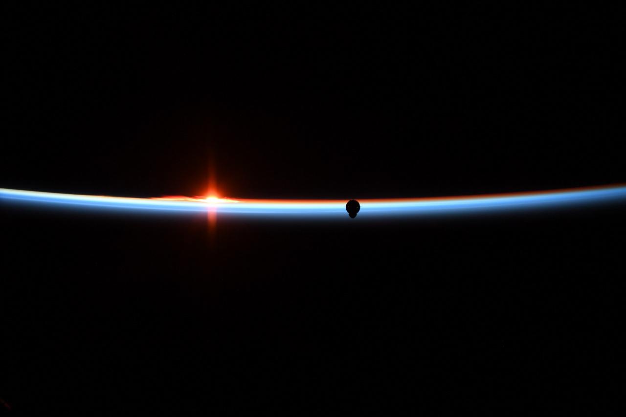 A Crew Dragon első, még személyzet nélküli tesztjére 2019. március 2-án került sor. A Demo-1 küldetés során a SpaceX űrhajója sikeresen Föld körüli pályára állt, majd március 3-án automatikusan kapocsolódott is a Nemzetközi Űrállomáshoz. A visszatérés is simán ment, egyedül az ejtőernyők egyikével adódott némi gond, amit ki kellett küszöbölni. Aztán 2019. április 20-án egy földi teszt előkészületei során a Demo-1 űrhajója váratlanul fölrobbant, ami egy évvel vetette vissza a kereskedelmi űrporgram első emberes repülését. Az incidens kivizsgálása föltárta, hogy egy előzetes teszt során erősen oxidatív dinitrogén-tetroxid (NTO) jutott egy héliumvezetékbe, az NTO a hajtóműteszt előtti pillanatokban tönkrett egy szelepet, ezzel előidézve az űrhajót megsemmisítő robbanást.
