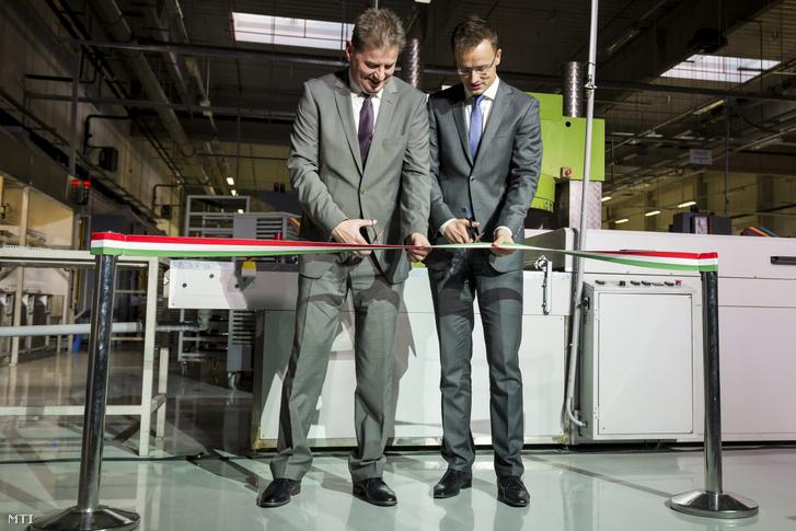 Szijjártó Péter külgazdasági és külügyminiszter (j) és Kovács Attila Gábor a Kerox Ipari és Kereskedelmi Kft. ügyvezető igazgatója átvágja a nemzetiszínű szalagot a kft. sóskúti üzemének avatóünnepségén 2015. november 3-án.