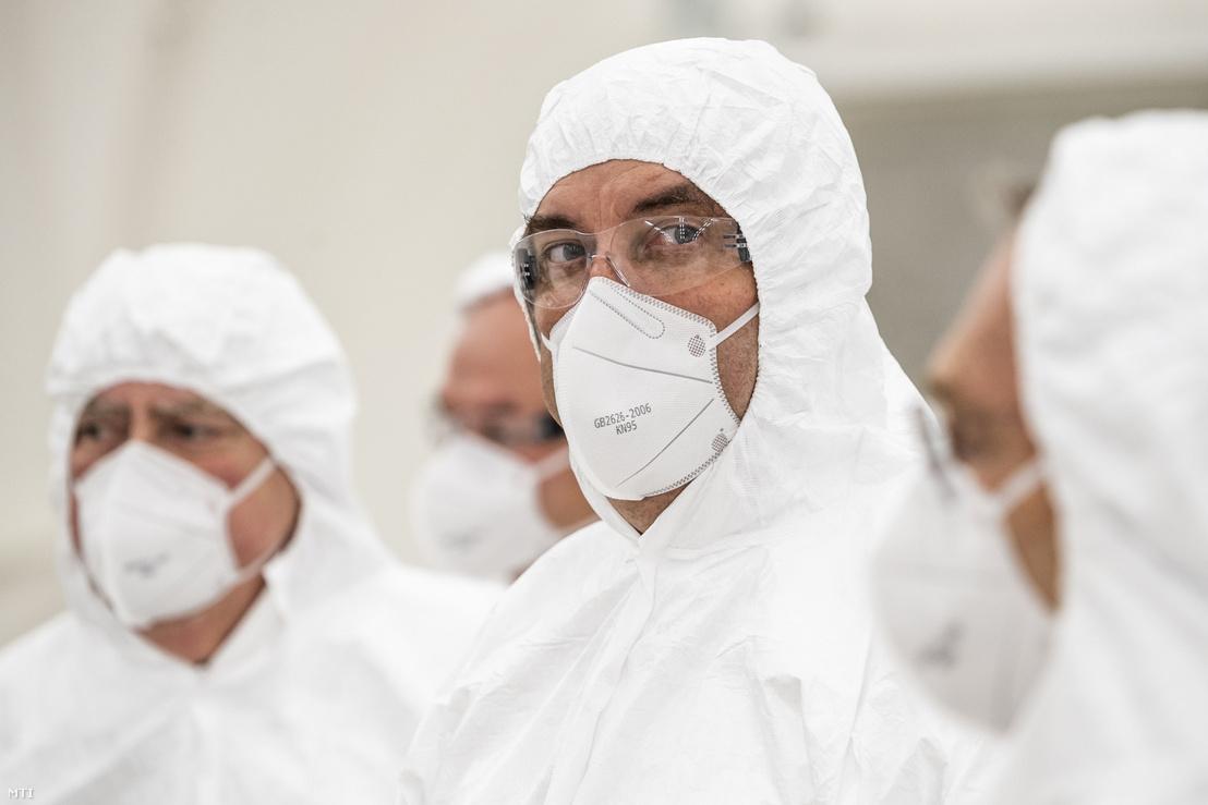 Palkovics László innovációs és technológiai miniszter (k) védőfelszerelésben a BM Heros Zrt. lélegeztetőgép-összeszerelő sátrában 2020. május 28-án.