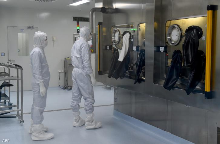Az orosz BIOCAD nevű biotechnológiai cég vádőfelszerelésbe öltözött, a vakcina előállításán dolgozó munkatársai május 20-án