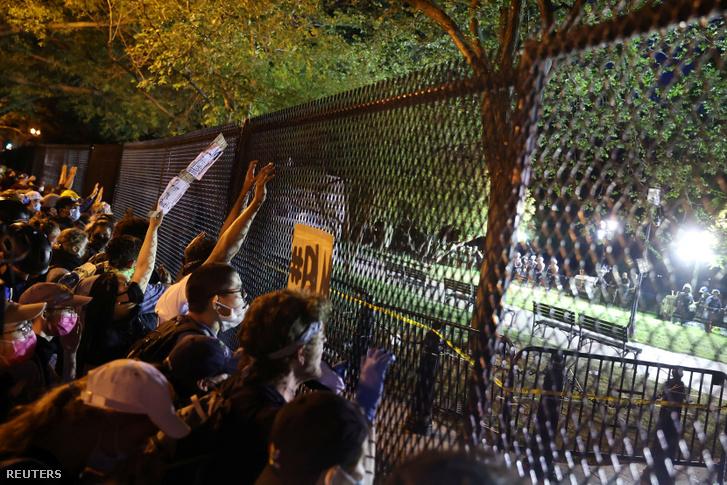 Tüntetők Washington DC-ben a Fehér Ház közelében felhúzott biztonsági kerítésnél 2020. június 2-án.