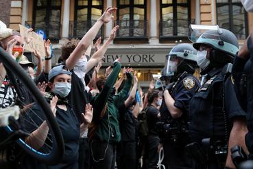 A rendőri brutalitás áldozatává vált George Floyd halála miatt tüntetők New Yorkban, 2020. június 2-án.