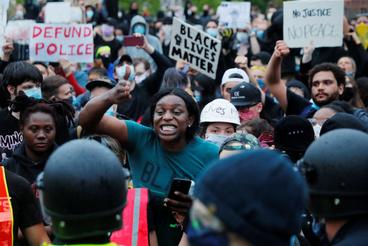 Tüntetők Bostonban június 2-án