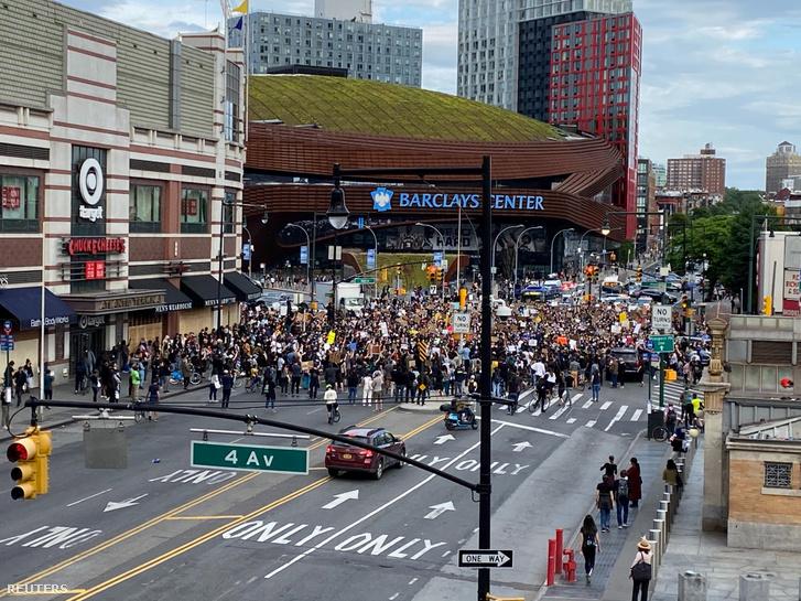 Tüntetők Brooklynban 2020. június 2-án