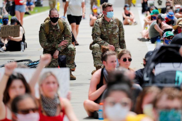 Minnesotában, George Floyd halálának helyszíne közelében békés tüntetésen részt vesz a Nemzeti Gárda több tagja, 2020. június 2-án.