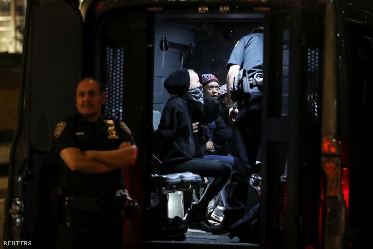 Letartóztatott tüntetők a rendőrségi kocsiban New Yorkban június 2-án