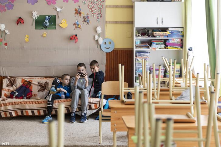 Diákok várnak a felzárkóztató óra kezdetére a Nyíregyházi Arany János Gimnázium, Általános Iskola és Kollégium tantermében 2020. június 2-án