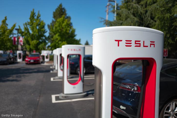A buffaloi gyár például a Tesla Supercharger töltőállomásokhoz gyárt napelemeket.