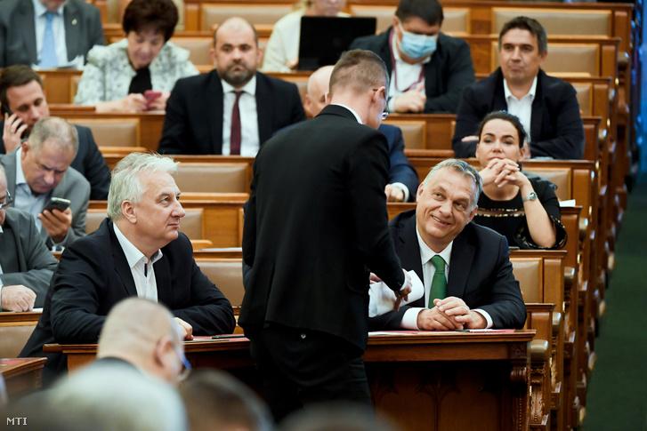 Orbán Viktor és Szijjártó Péter az Országgyűlés plenáris ülésén 2020. április 6-án