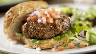 Legyen a hamburgered még izgalmasabb: hamburgerpogácsa fokhagymával és aszalt paradicsommal