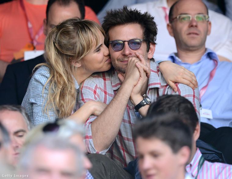 Na de 2013-ban már ki puszilgatta Cooper pofiját a teniszmeccsen? Suki Waterhouse, aki egy angol modell-színésznő.
