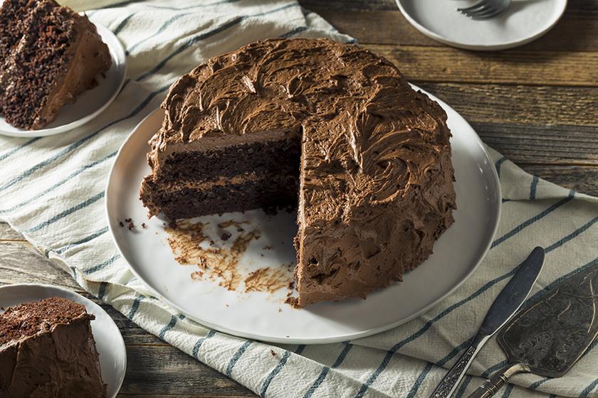 Megsütöttük! Brutálisan tömény csokitorta, ami még a legnagyobb édesszájún is kifog