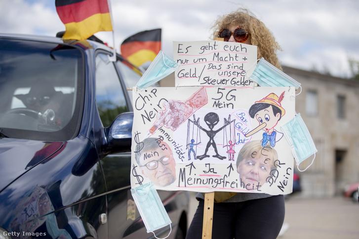 5G-ellenes táblát tartó tüntető egy a koronavírus-járvánnyal kapcsolatos korlátozások elleni tüntetésen Berlinben 2020. május 30-án