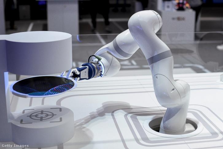 5G kapcsolatot használó gyári robot kiállítva a 2019-es Mobile World Congress mobil kiállításon Barcelonában.