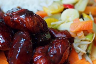Szaftos, puha csirkemell 3 hozzávalóból: egyszerű szószban sül omlósra