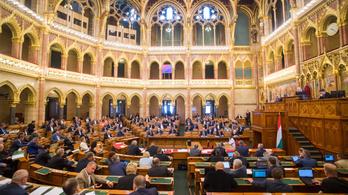 Honvédségről, avarégetésről, adózásról is törvényt módosítottak a parlamentben