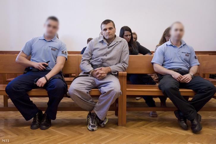 Farkas Péter olimpiai bajnok birkózó (k) hallgatja a határozat indoklását perújítási indítványának tárgyalásán a Pesti Központi Kerületi Bíróság (PKKB) tárgyalótermében 2012. október 3-án.