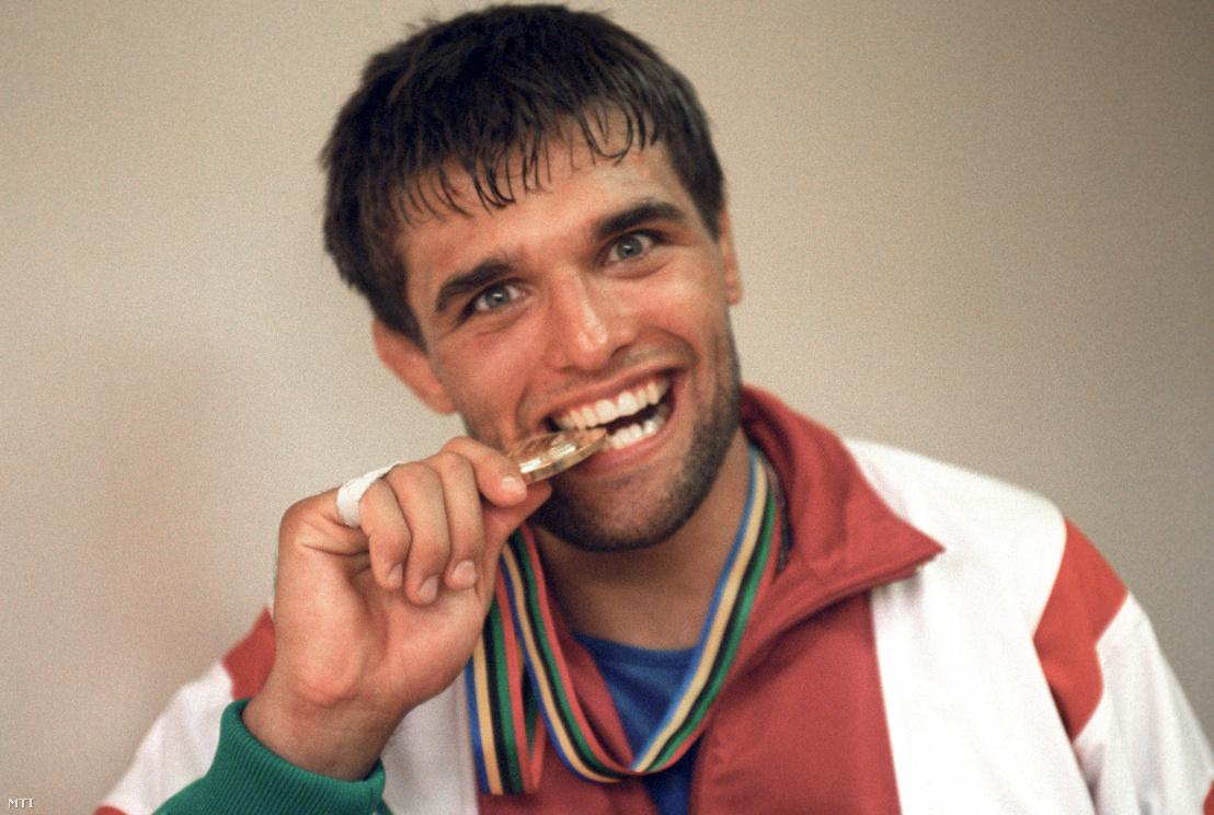 Farkas Péter birkózó a kötöttfogású birkózás 82 kg-os súlycsoportjának olimpiai bajnoka beleharap az aranyérmébe a sajtóközpontban a XXV. nyári olimpiai játékokon 1992. július 30-án.
