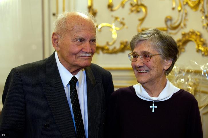 Göncz Árpád volt köztársasági elnök és felesége, Zsuzsa asszony részt vesz a Fővárosi Szabó Ervin Könyvtárban tartott ünnepségen, ahol családja és barátai köszöntötték a kilencvenedik születésnapját ünneplő államfőt 2012-ben