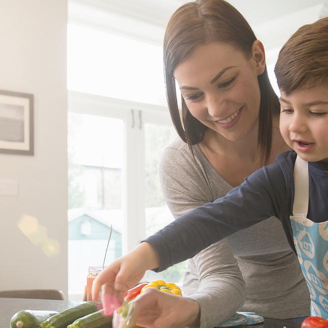 Nagyon cuki apró séf a konyhában: még csak 1 éves, de már most imád sütni, főzni