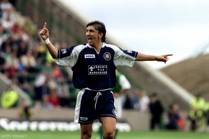 Ivano Bonetti, a Dundee FC játékos-edzője ünnepli csapata vezető gólját a Hibernian ellen 2000. augusztus 12-én, Edinburghben. Végül a Hibernian 5-1-re nyert ezen a mérkőzésen.
